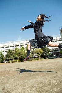 ジャンプする女子高校生の写真素材 [FYI01815817]