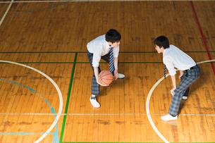 バスケットボールをする男子高校生の写真素材 [FYI01815819]