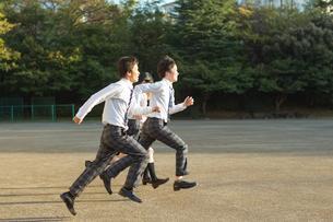 校庭を走る高校生の写真素材 [FYI01815885]
