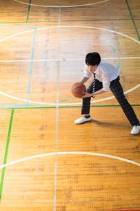 バスケットボールをする男子高校生の写真素材 [FYI01815913]