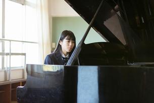 ピアノを弾く女子高校生の写真素材 [FYI01815926]