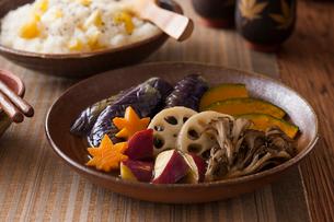 秋野菜の揚げ浸しの写真素材 [FYI01815972]