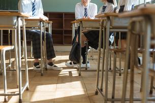 教室で話す高校生の足元の写真素材 [FYI01815973]