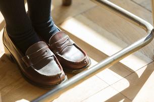 女子高校生の足元の写真素材 [FYI01815982]