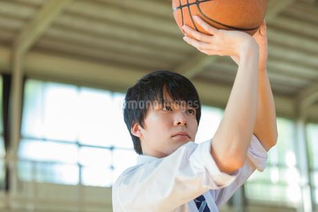 バスケットボールをする男子高校生の写真素材 [FYI01815983]