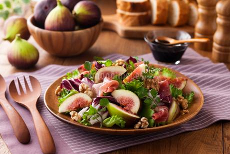 イチジクのサラダの写真素材 [FYI01815995]