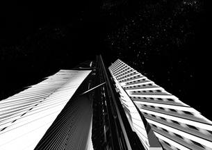 夜景 モノトーン調の未来都市の写真素材 [FYI01816065]
