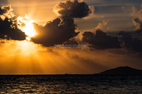 沖縄県 宮古島 池間島 日の出の写真素材 [FYI01816309]