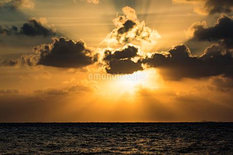 沖縄県 宮古島 池間島 日の出の写真素材 [FYI01816313]