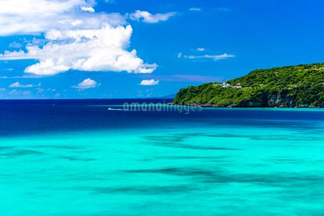 エメラルドブルーの海の写真素材 [FYI01816362]