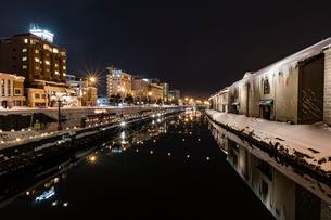小樽運河 雪あかりの路の写真素材 [FYI01816545]