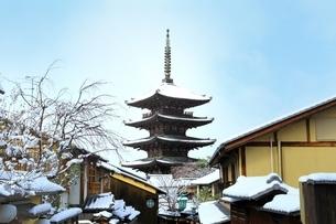 八坂の塔 雪景色に京都市街の写真素材 [FYI01816609]