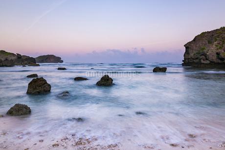 沖縄県 夜明けの海岸の写真素材 [FYI01816627]