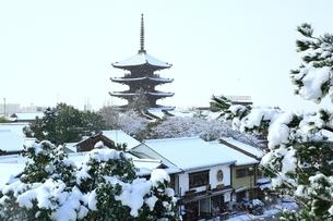 八坂の塔 雪景色に京都市街の写真素材 [FYI01816733]