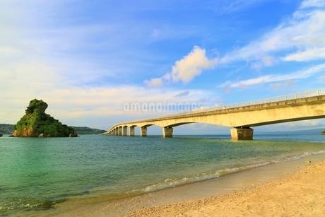 夕照の古宇利大橋の写真素材 [FYI01816761]