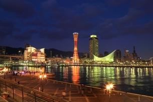 神戸メリケンパークと神戸市街夜景の写真素材 [FYI01816798]