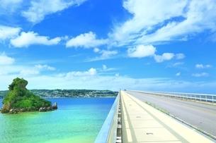 古宇利大橋と古宇利島の写真素材 [FYI01816804]