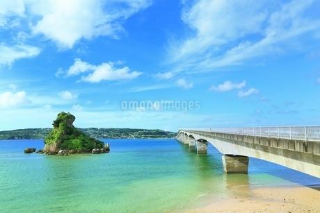 古宇利大橋と古宇利島の写真素材 [FYI01816814]