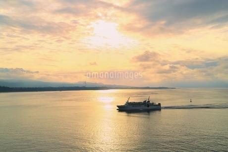 夕照の古宇利島より今帰仁村を望むの写真素材 [FYI01816817]