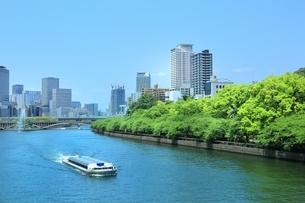新緑の大川とビル群にアクアライナーの写真素材 [FYI01816832]