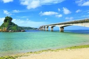 古宇利大橋と古宇利島の写真素材 [FYI01816837]