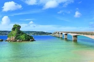 古宇利大橋と古宇利島の写真素材 [FYI01816857]
