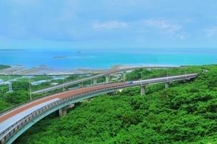 ニライカナイ橋と海の写真素材 [FYI01816858]
