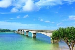 古宇利大橋と古宇利島の写真素材 [FYI01816887]