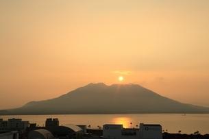 日の出の桜島と錦江湾の写真素材 [FYI01816918]