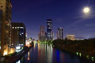 大阪ビジネスパークの夜景に満月の写真素材 [FYI01816952]