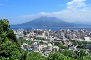 桜島と鹿児島市街の写真素材 [FYI01816991]