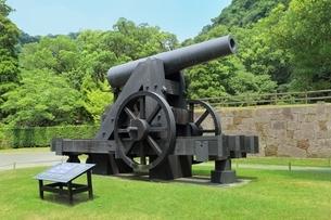 反射炉跡と大砲の写真素材 [FYI01817022]