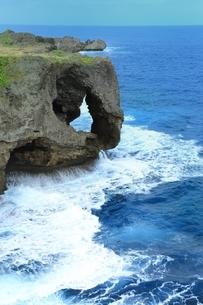 万座毛と海の写真素材 [FYI01817032]