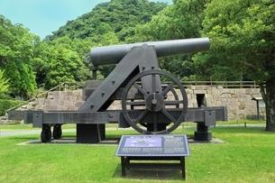 反射炉跡と大砲の写真素材 [FYI01817053]