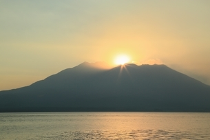 朝日と桜島に錦江湾の写真素材 [FYI01817098]