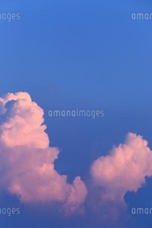 夕焼けの入道雲の写真素材 [FYI01817146]