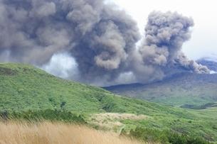 阿蘇 草千里より中岳の噴煙の写真素材 [FYI01817173]