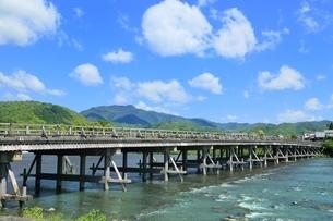 新緑の嵐山と渡月橋の写真素材 [FYI01817182]