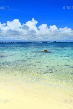 伊良部島と青い海の写真素材 [FYI01817197]