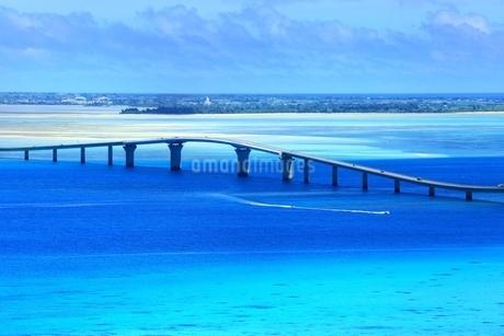 伊良部大橋と青い海の写真素材 [FYI01817198]