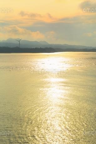 夕照の古宇利島より今帰仁村を望むの写真素材 [FYI01817215]