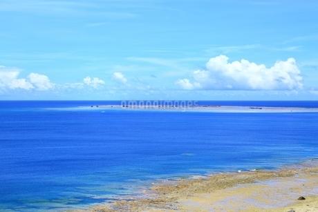 東平安名崎より望む青い海の写真素材 [FYI01817232]
