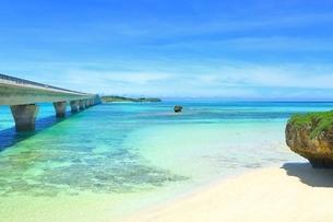 池間大橋と青い海の写真素材 [FYI01817254]