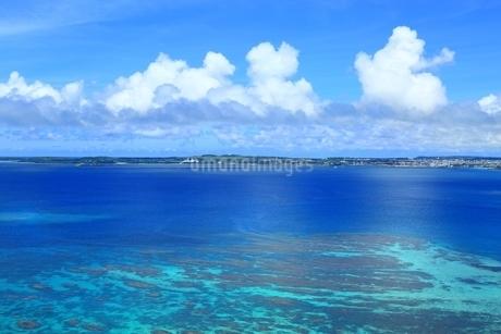 サンゴ礁の海と宮古島の写真素材 [FYI01817334]