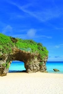 砂山ビーチと青い海の写真素材 [FYI01817345]