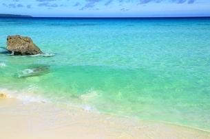 砂山ビーチと青い海の写真素材 [FYI01817369]