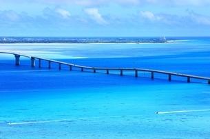 伊良部大橋と青い海の写真素材 [FYI01817411]