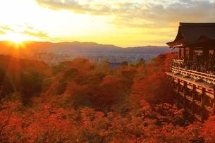 夕焼けの清水寺に紅葉の写真素材 [FYI01817449]