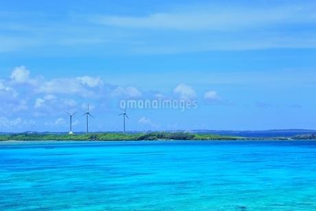 池間島より望む西平安名崎の風車の写真素材 [FYI01817477]