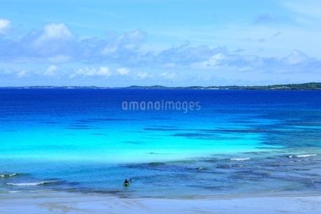砂山ビーチと青い海の写真素材 [FYI01817482]